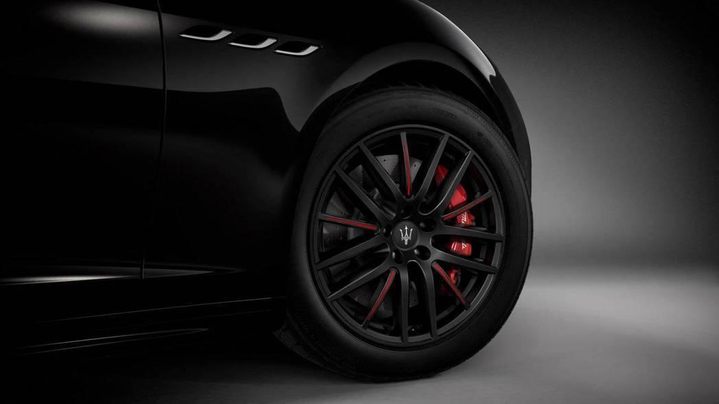 純黑的多輻式鋁圈上面有紅色烤漆點綴,配上雷射刻字的Maserati鮮紅卡鉗。 摘...