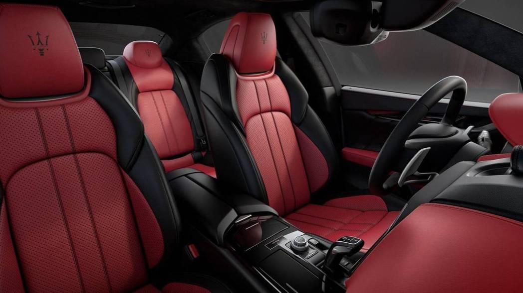 紅黑真皮內裝包覆,與外觀的低調呈現不同的反差。 摘自Maserati
