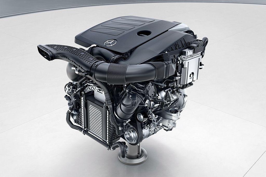賓士新開發的1.5L直列四缸渦輪增壓引擎,具備184hp最大馬力及28.5kgm...