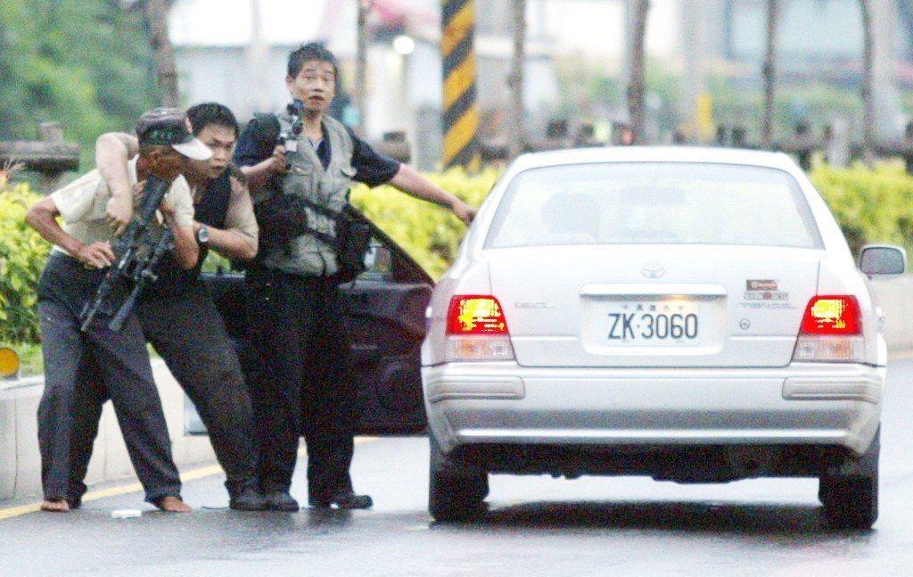2006年,「惡龍」張錫銘挾持一名路過老農逃逸。 圖/聯合報系資料照