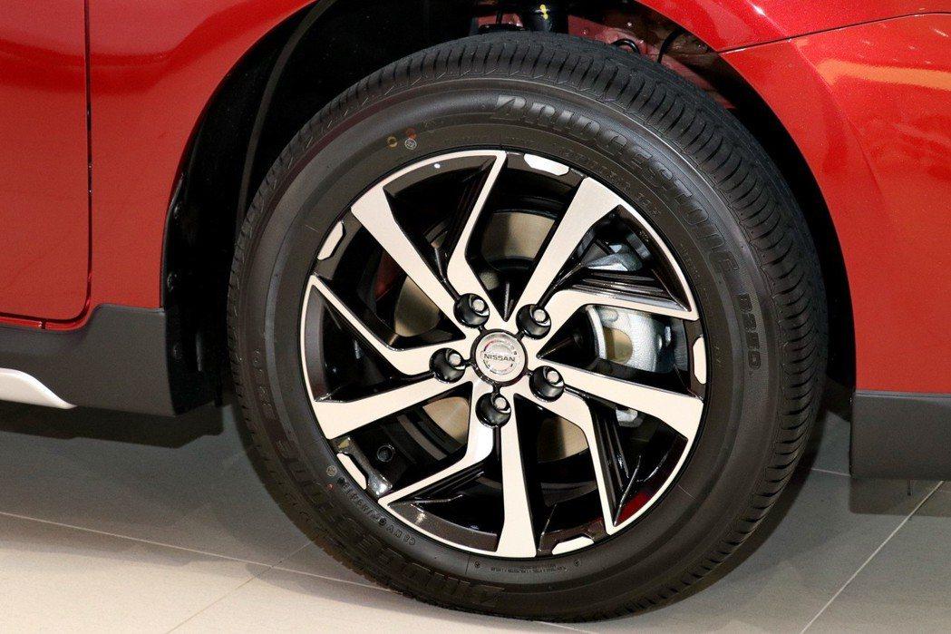 全新TIIDA 19年式豪華版、旗艦版免費升級全新16吋魅力迴旋鋁圈。 記者陳威...