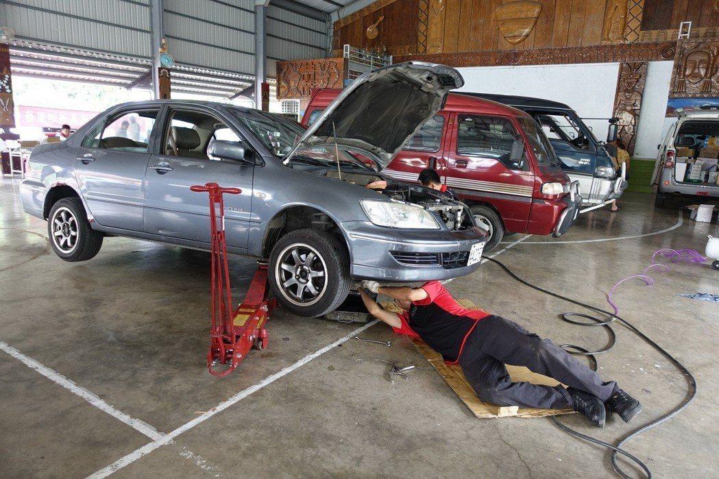 候鳥車輛維修,中華汽車以行動維修站方式守護偏鄉車輛安全。 圖/中華三菱提供