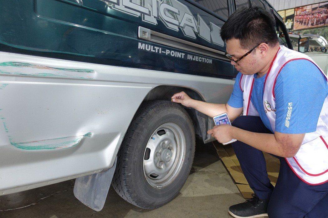 候鳥車輛維修,台灣普利司通技師教導山區車主簡易用銅板檢測胎紋的方法。 圖/中華三...