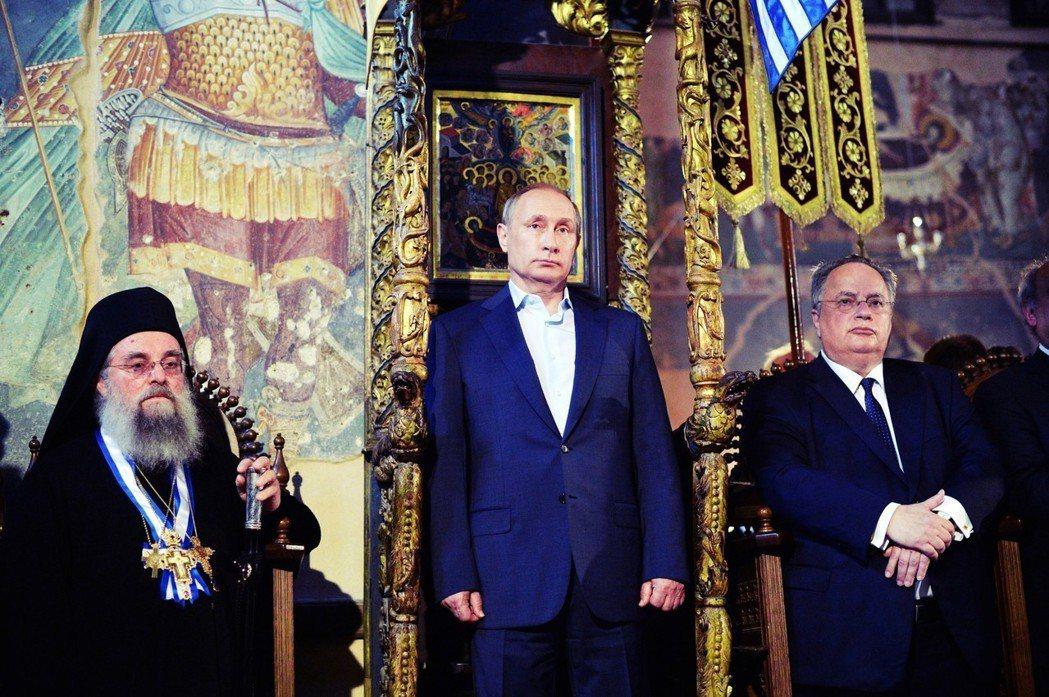 俄國外交人員,涉嫌賄賂希臘軍方,並資助極右派反對更名協定;馬其頓也懷疑俄國操作假...