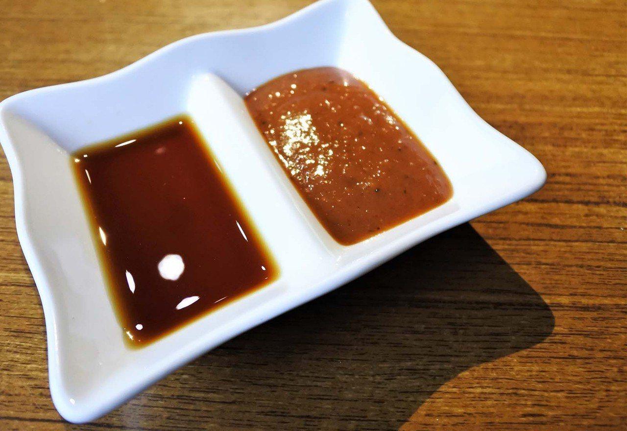 (圖/台灣旅行趣) ▲店內獨門醬料–水果醬(左)讓肉香吃起來還帶有水果淡淡味道;...
