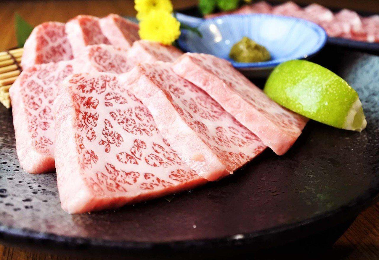 (圖/台灣旅行趣) ▲牛小排肉質含豐富的大理石油花,分布細緻均勻。入口即化、鮮嫩...