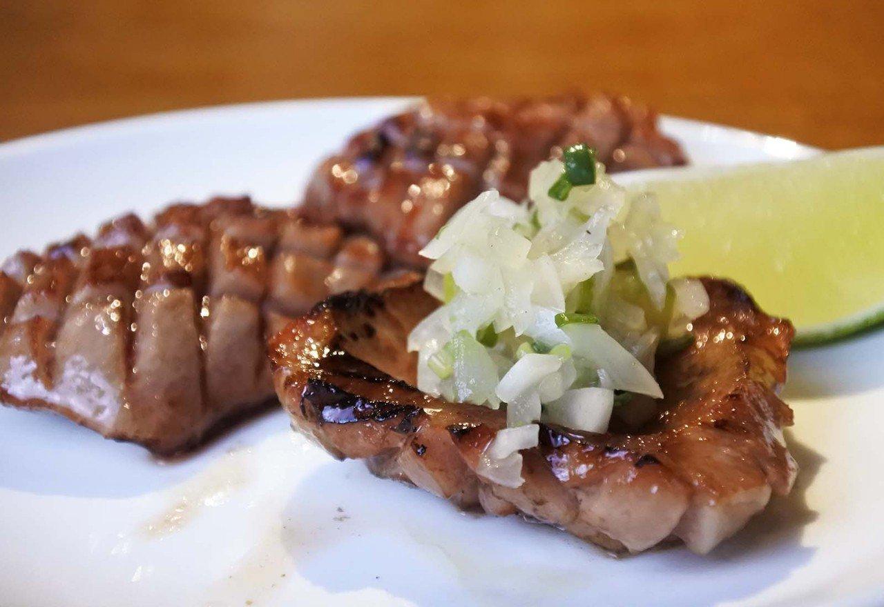 (圖/台灣旅行趣) ▲搭配上自製的蔥鹽醬滴上檸檬汁,是燒肉店必點人氣餐點之一。