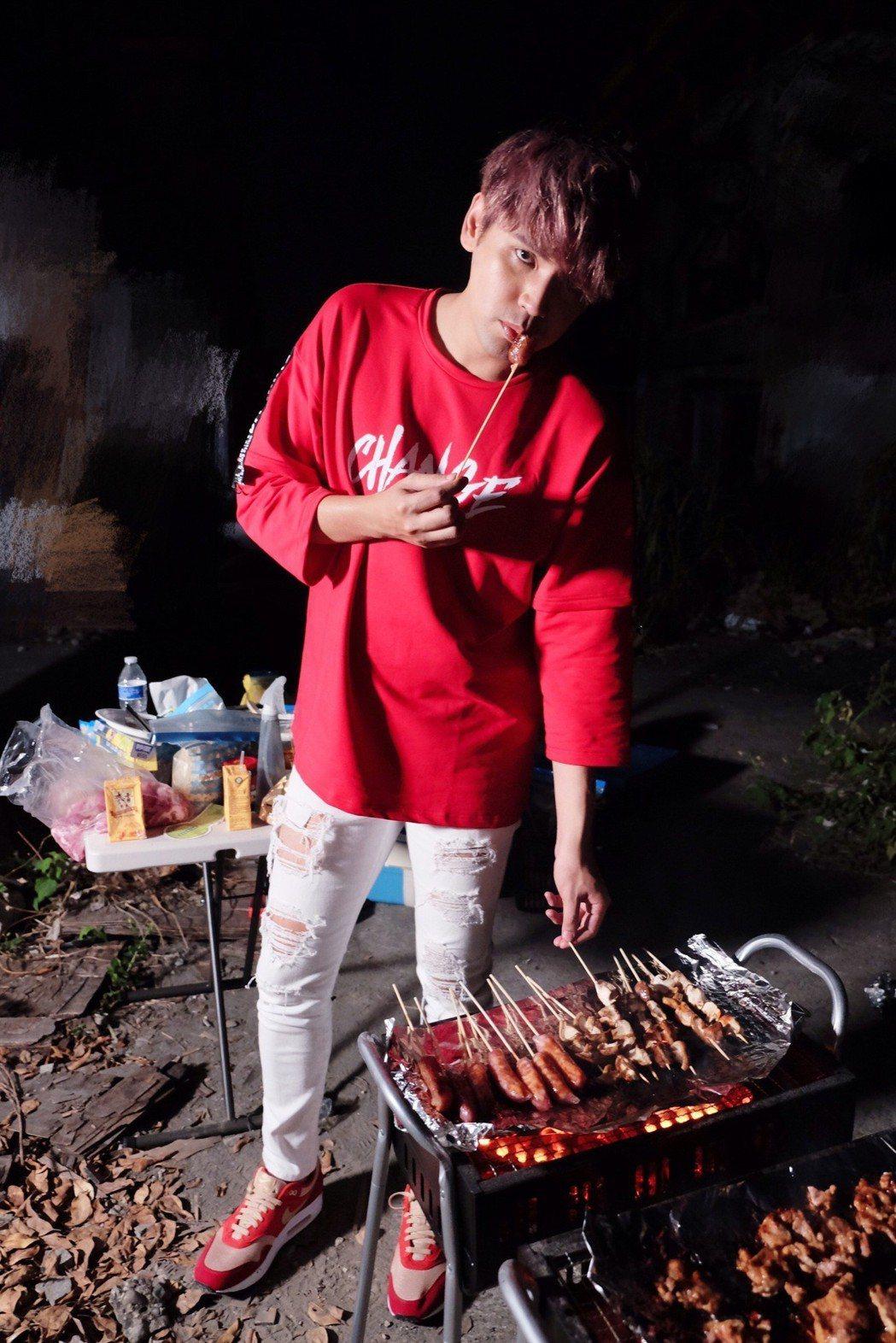 陳零九邊拍MV邊烤肉。圖/滾石提供