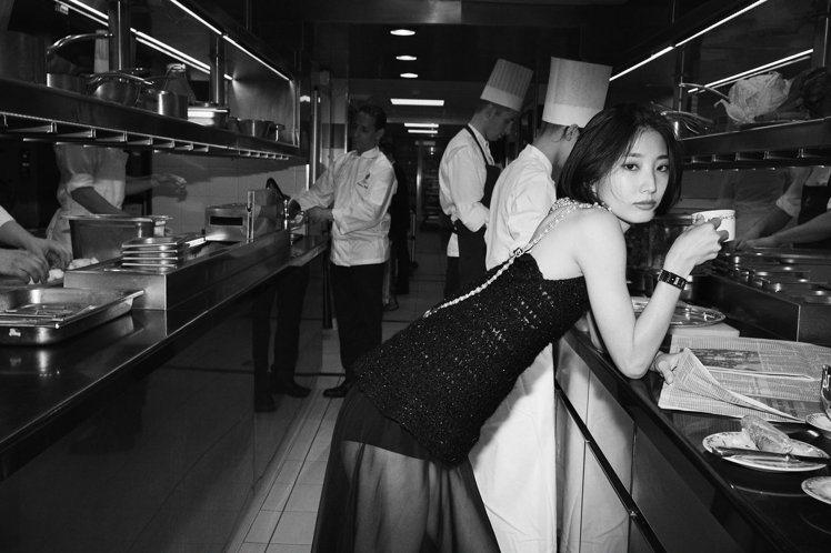 日本芭蕾舞者 Nozomi Iijima配戴CODE COCO精鋼與黑色陶瓷腕表...