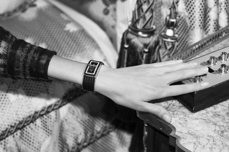 CODE COCO精鋼與黑色陶瓷腕表,表殼鑲嵌52顆明亮式切割鑽石,黑色漆面表盤...