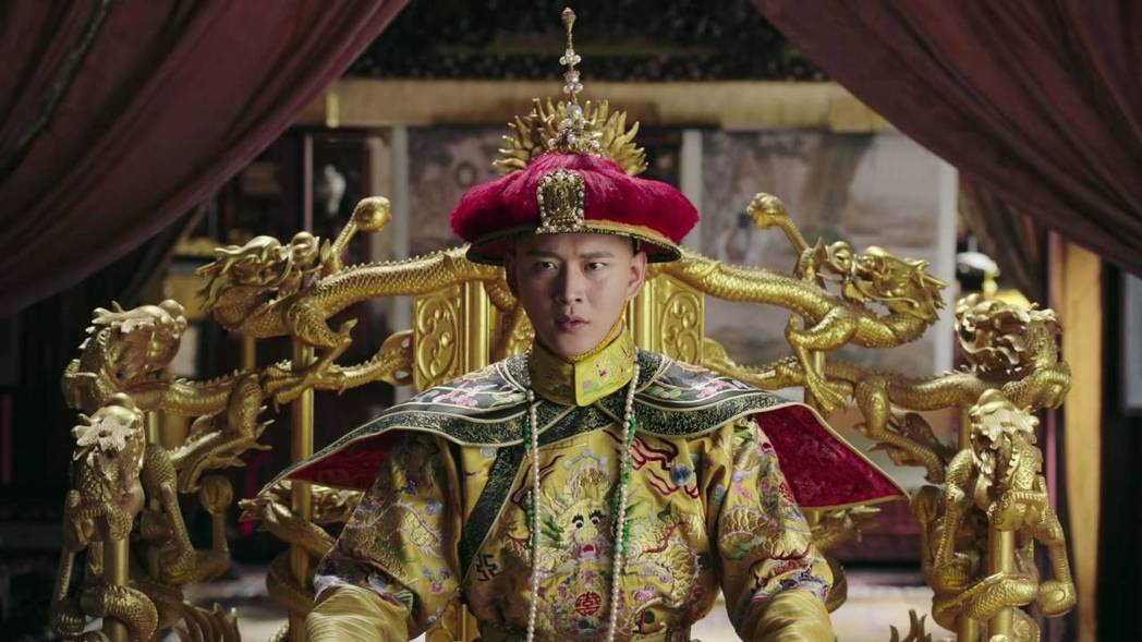 黃宥明劇中曾當乾隆畫像替身穿龍袍。圖/截圖自愛奇藝台灣站