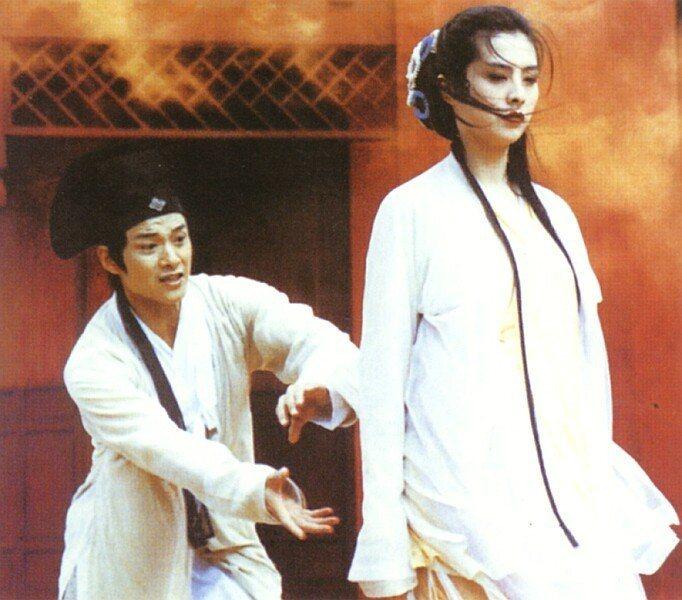 王祖賢飾演的白蛇與吳興國飾演的許仙愛恨交纏。圖/摘自HKMDB