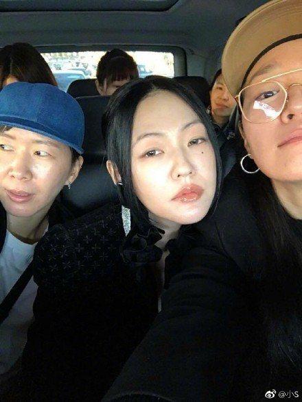 小S在微博標註「右邊那位就是在機上幫我化妝的呆臉大師」。圖/取自微博