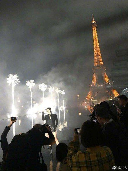 小S在巴黎時裝周看的第一場秀是Saint Laurent。圖/取自微博