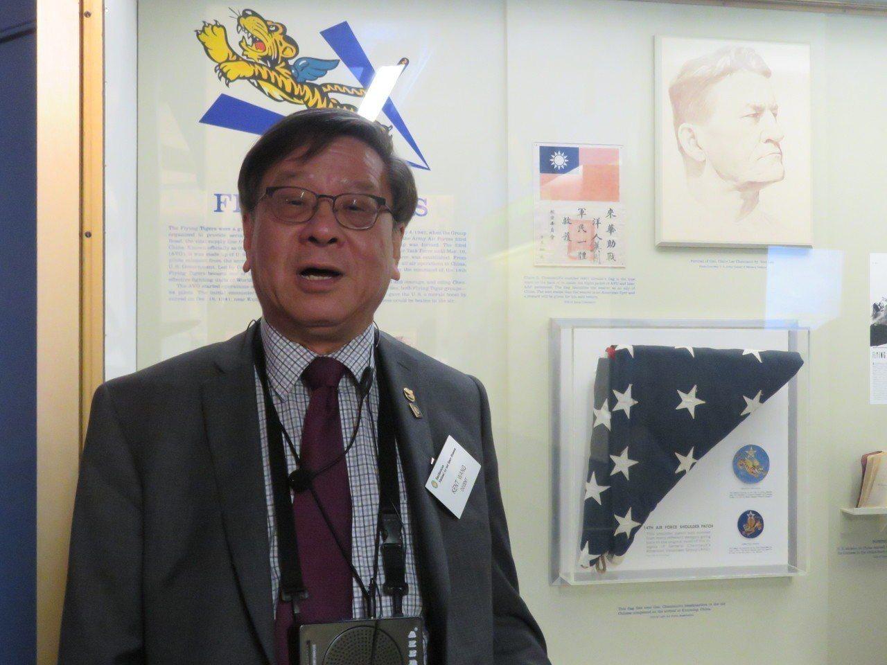美國華府航太博物館雙語導覽解說員王福權介紹飛虎隊展品。華盛頓記者張加/攝影