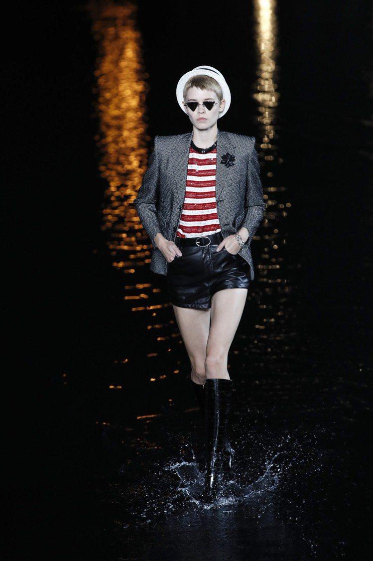 浮誇亮眼的西裝外套搭極短褲是2019春夏的多種變化之一。圖/美聯社