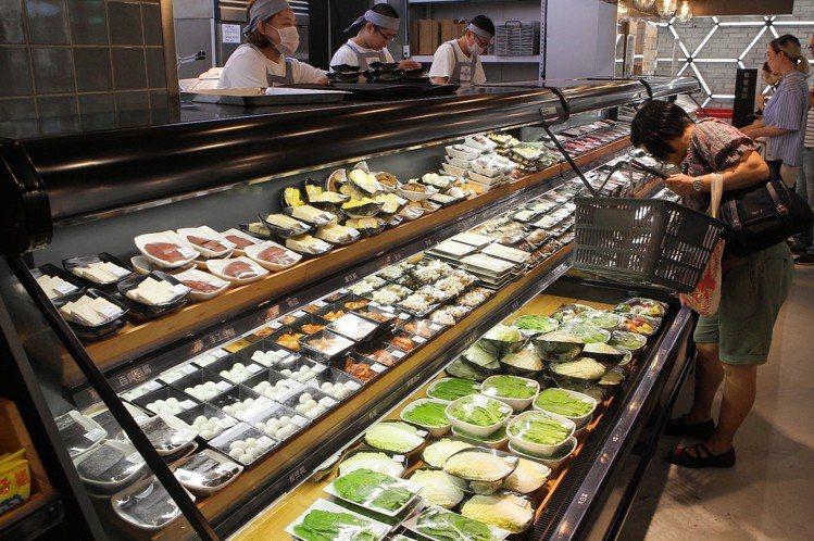 第三櫃冰箱內,陳列有蔬菜、豆腐等食材。圖/記者陳睿中攝影