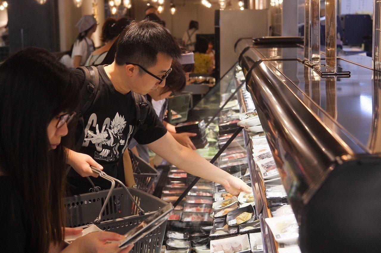 民眾可以自行挑選喜愛食材。記者陳睿中/攝影
