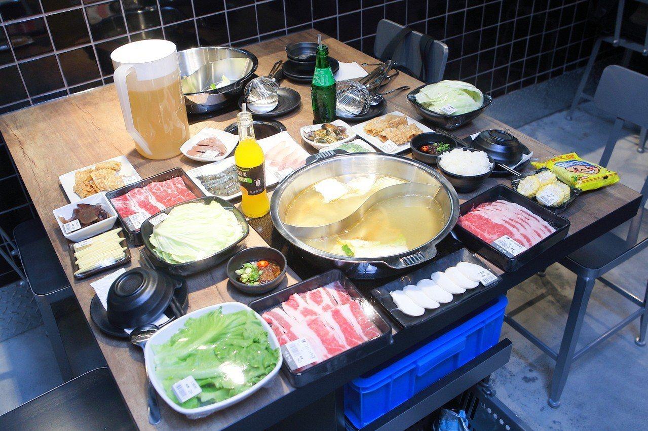 店內均採同湯頭的鴛鴦鍋設計,方便烹煮不同食材。記者陳睿中/攝影