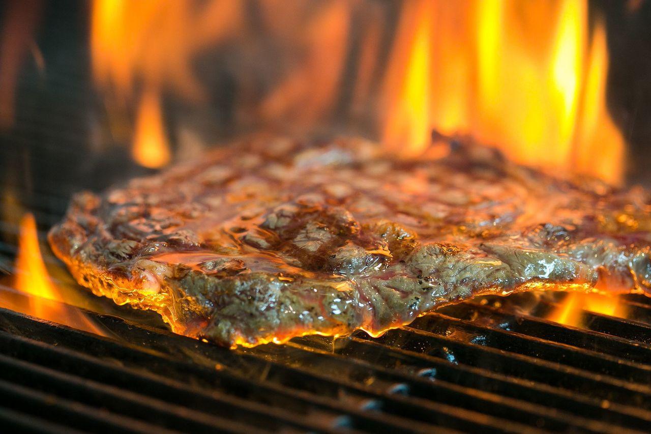 1,200元菜單則是主餐增加美國肋眼牛排12盎司肉排霸氣上桌。圖/1Bite2G...