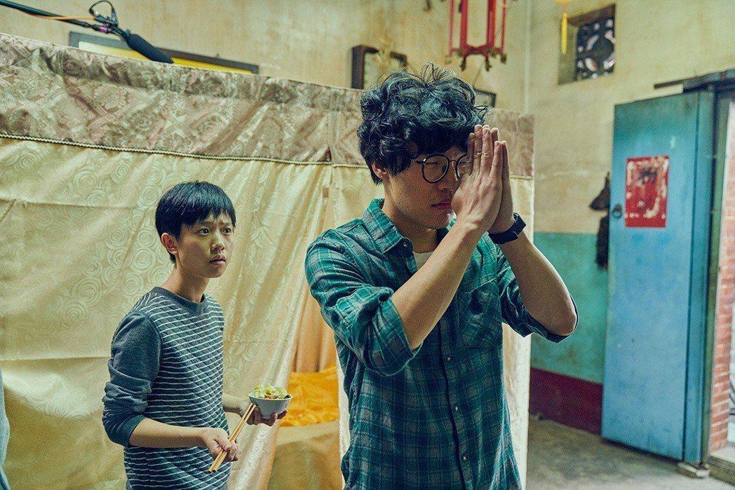 盧廣仲(右)、嚴正嵐演出「花甲男孩轉大人」獲得敲鐘機會。圖/台視提供