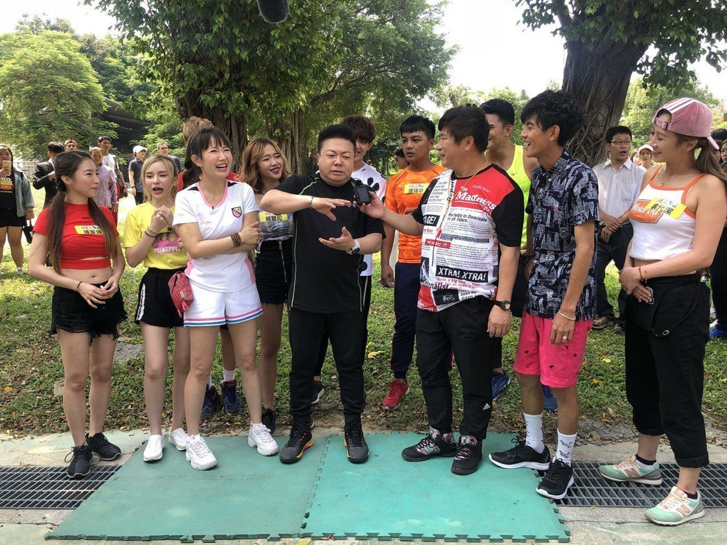 董至成(右四)回來上老搭檔胡瓜(右三)節目「綜藝大集合」,他談到北漂工作,說拍戲