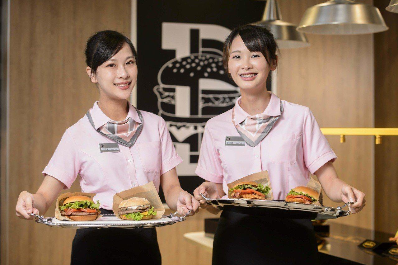 麥當勞SOGO忠孝店也有「款待大使」進行外場服務。圖/麥當勞提供