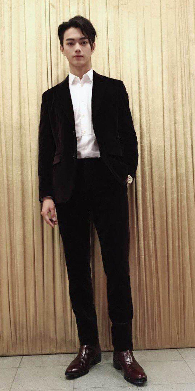 許凱日前出席香港電視節目《延禧南巡》錄影時,身穿Berluti秋冬酒紅色天鵝絨西...