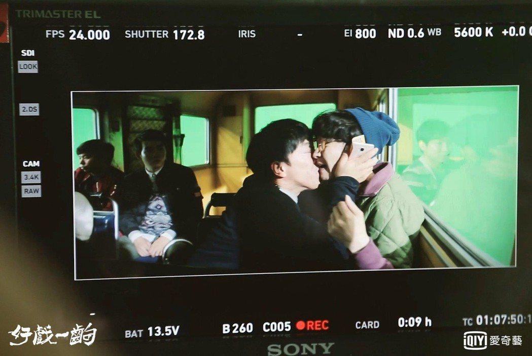 張藝興(右)被黃渤奪走螢幕初吻。圖/愛奇藝台灣站提供
