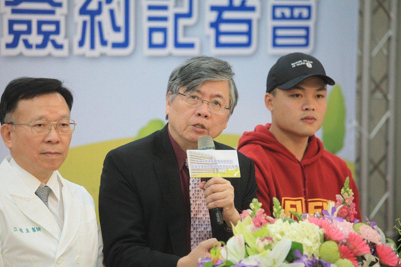 輔大醫院去年舉行運動醫學中心記者會,校長江漢聲(中)致詞。圖/輔大醫院提供