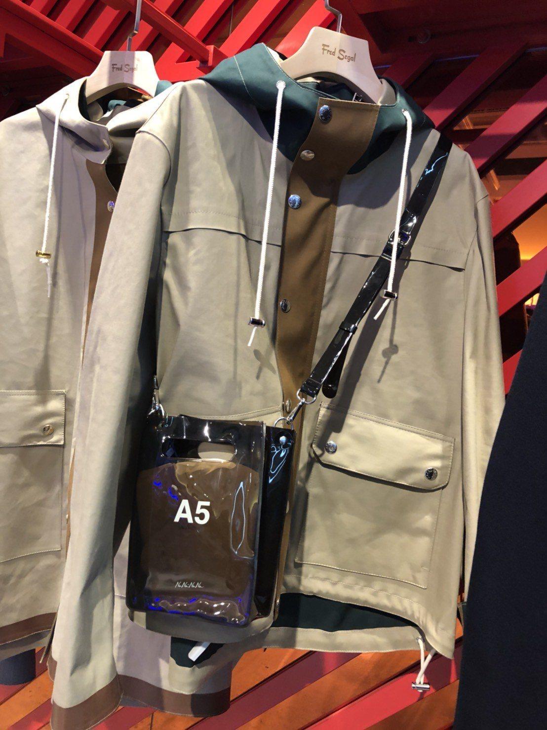 孫怡推薦MACKINTOSH雨衣,售價47,000元。記者楊詩涵/攝影