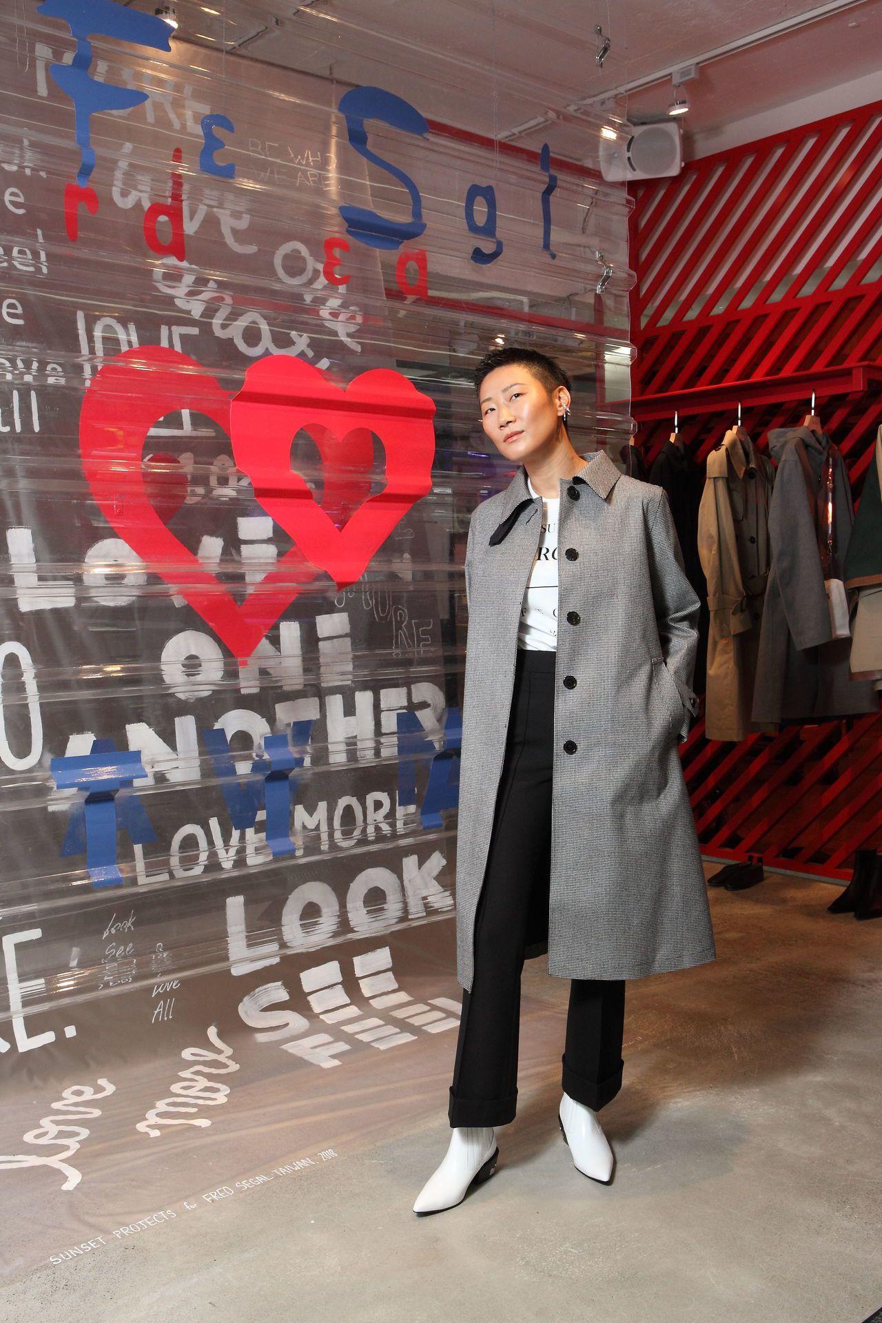 孫怡在她參與設計的PVC櫥窗片前演繹MACKINTOSH女裝風衣,售價54,80...