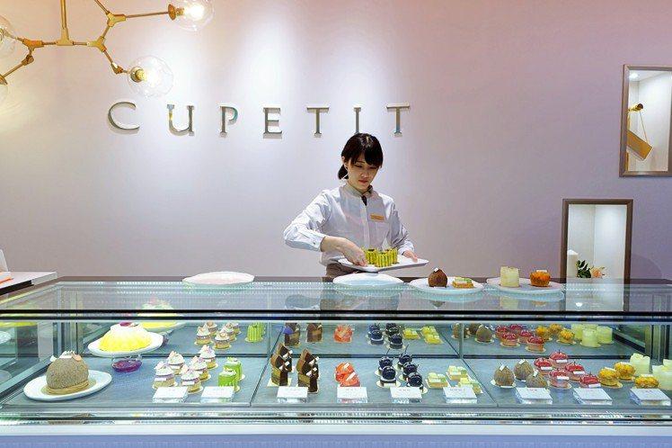 CUPETIT卡柏蒂入口可見長型甜點貴,公主力系列一字排開。圖/記者沈佩臻攝影