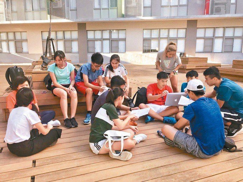 交通大學「百川學士學位學程」,首屆錄取17人,學生於課後討論。 圖/交大提供