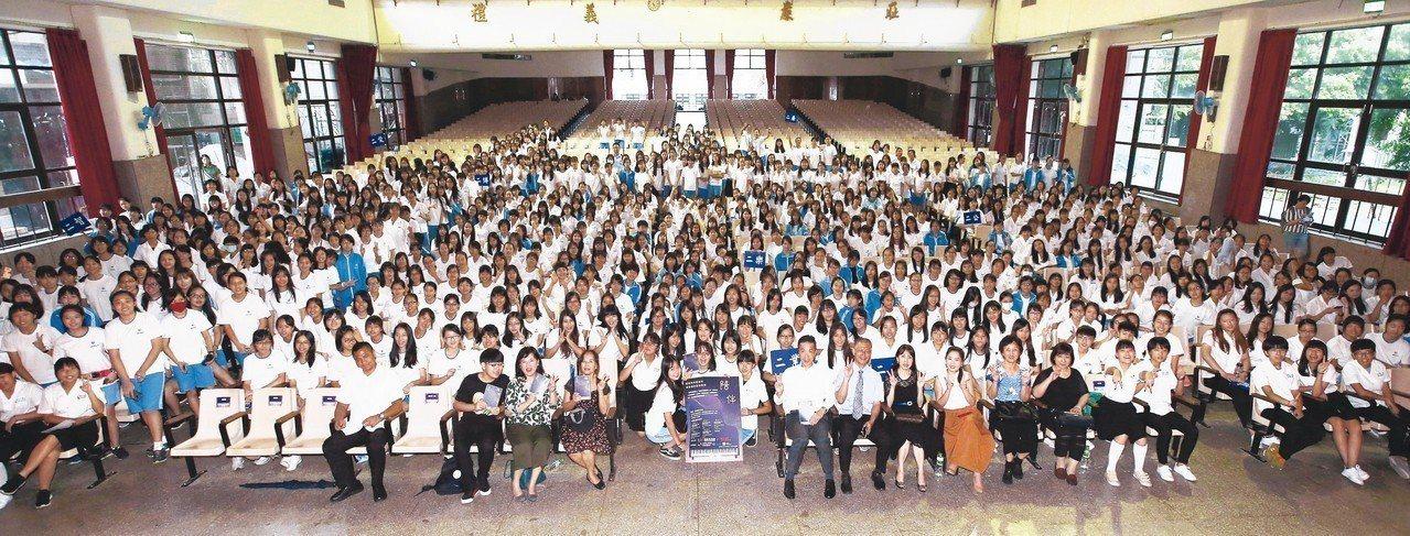 「陪伴專書校園講座」在台北中山女高校園舉行,現場800多位學生參與。 記者杜建重...