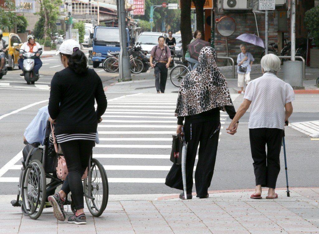 目前台灣老年人口增加,老年病人因種種健康問題而須要醫療或看護照顧的人也愈來愈多。...