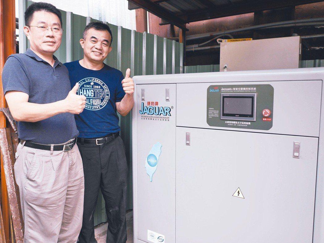 鑫邦代表徐士傑(左)與宗興負責人王宣權用實際數據證明捷豹空壓機的省電實力。 賴俊...
