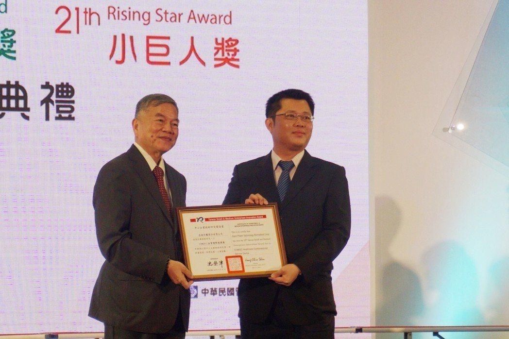 昌泰科醫總經理趙書宏(右)接受經濟部長沈榮津的頒獎。 楊連基/攝影