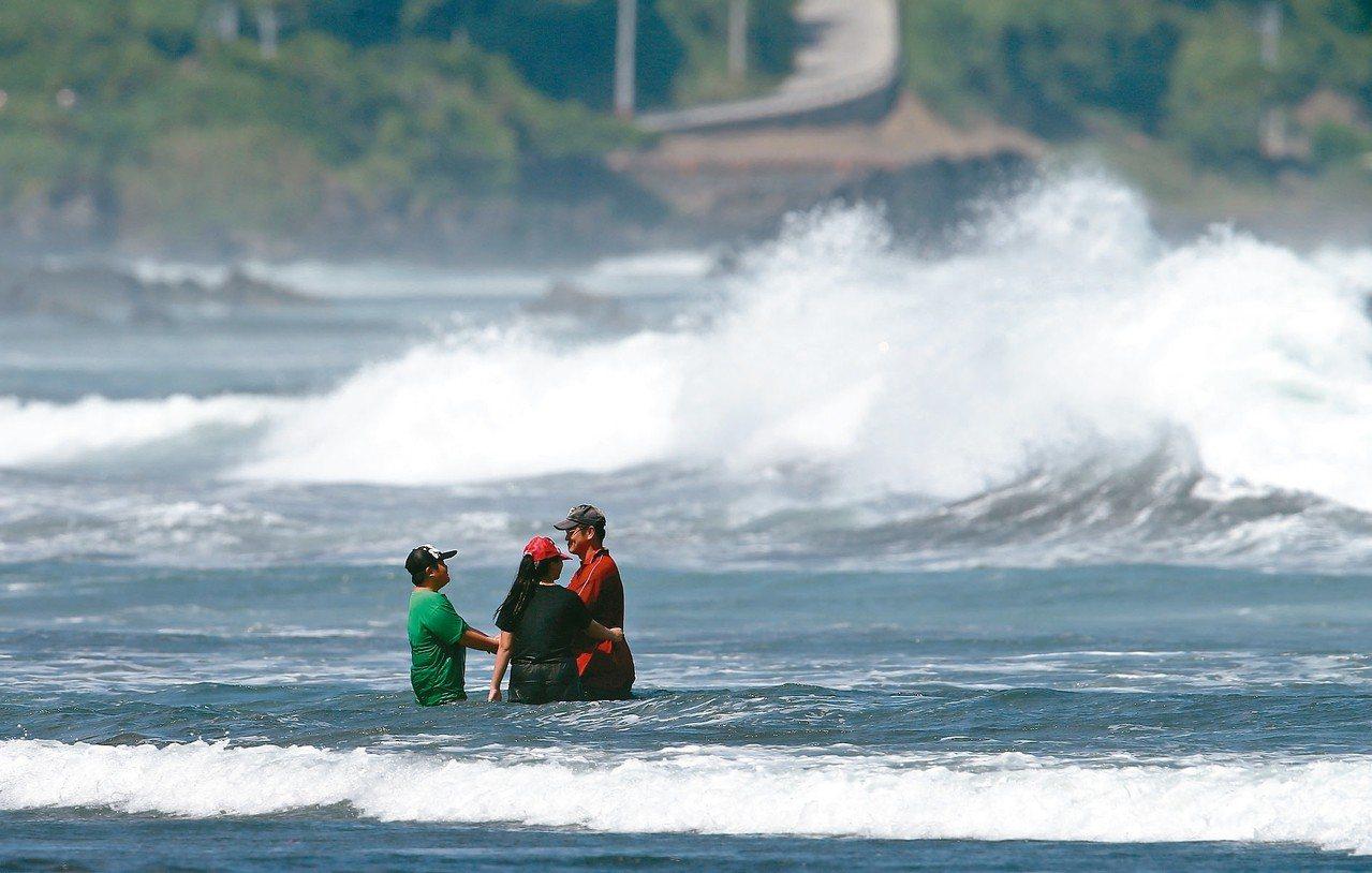 民眾到海邊戲水,瘋狗浪來得突然,常有可能在沒有警覺心之下發生意外。 圖/聯合報系...