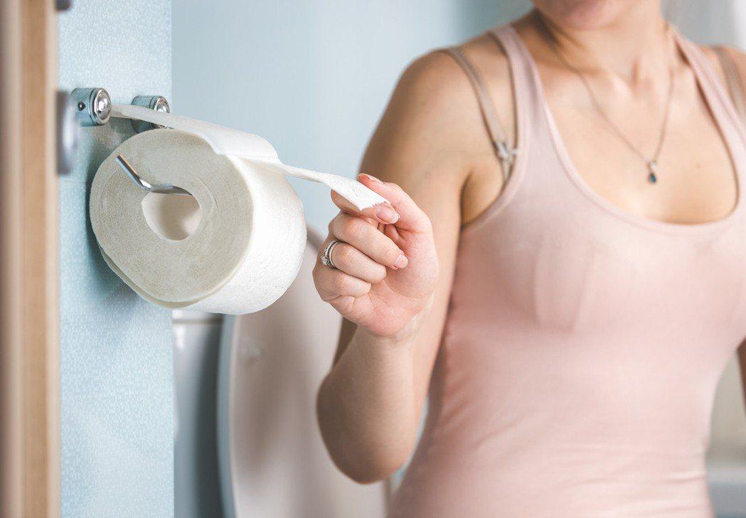 示意圖。一名39歲女上班族,整天坐辦公室又常憋尿,最近發現經常尿不出來,而且尿不...