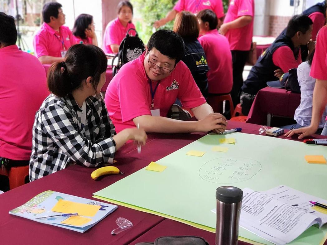 與會的青農透過公民咖啡館,一起討論如何提高團體及引入外部資源共同合作的可能性。攝...