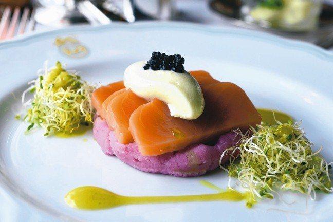 列車上提供精緻且融合西式跟南洋風味的菜餚。 圖/MT、各業者提供