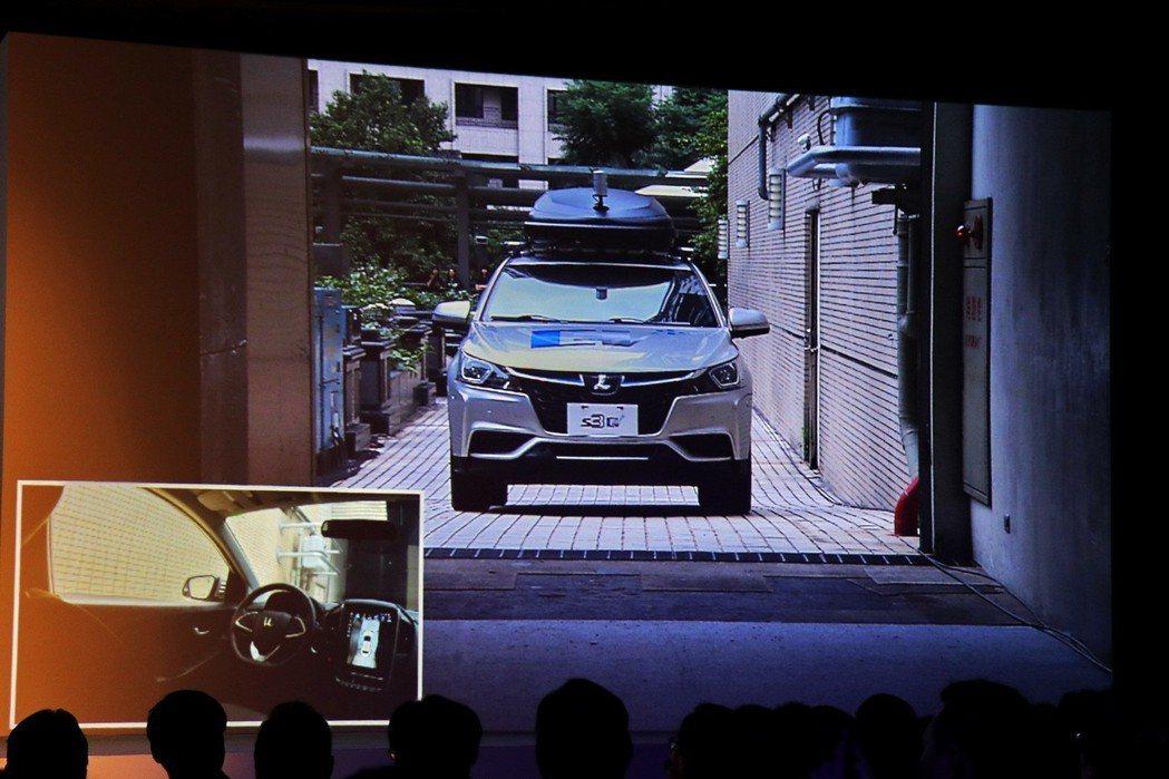 高峰會實際透過將車款從地下停車場開上會場的方式,呈現自駕技術的成熟。 記者陳威任...