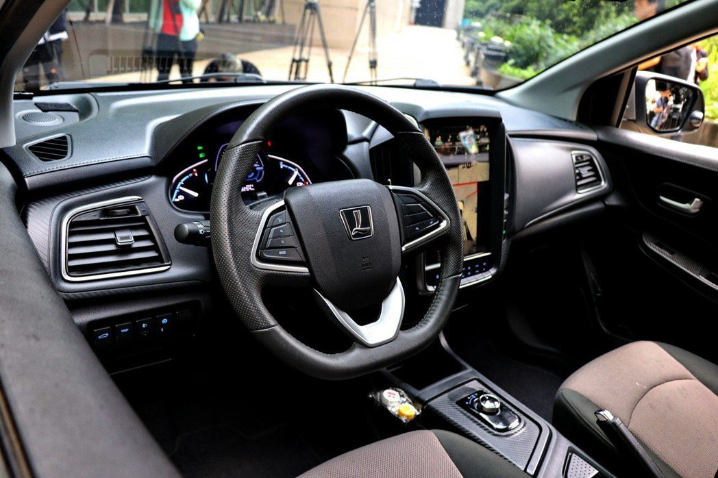 S3 EV+與一般S3車款在方向盤及排檔桿鞍座部分有明顯不同。 記者陳威任/攝影