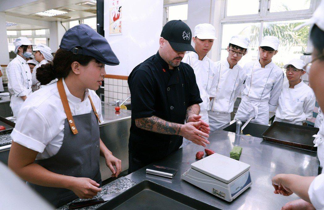 國際大師克力斯泰勒(Chris Taylor)教導學生揉製麵糰。 嘉藥/提供