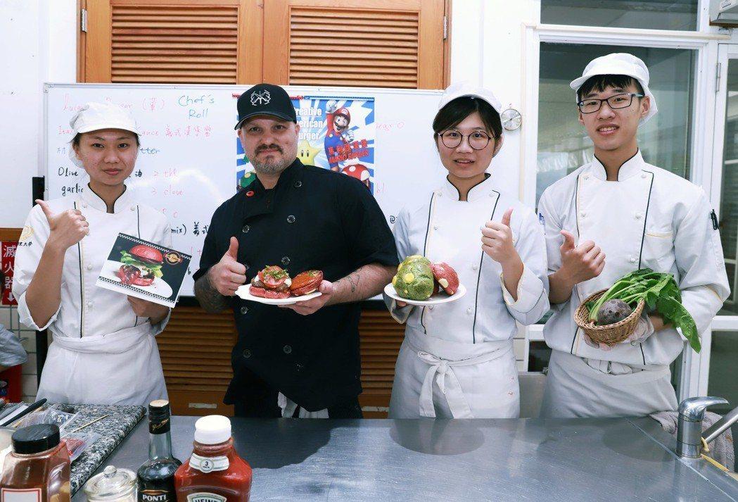 國際大師克力斯泰勒(Chris Taylor)強調以天然食材製作料理。 嘉藥/提...