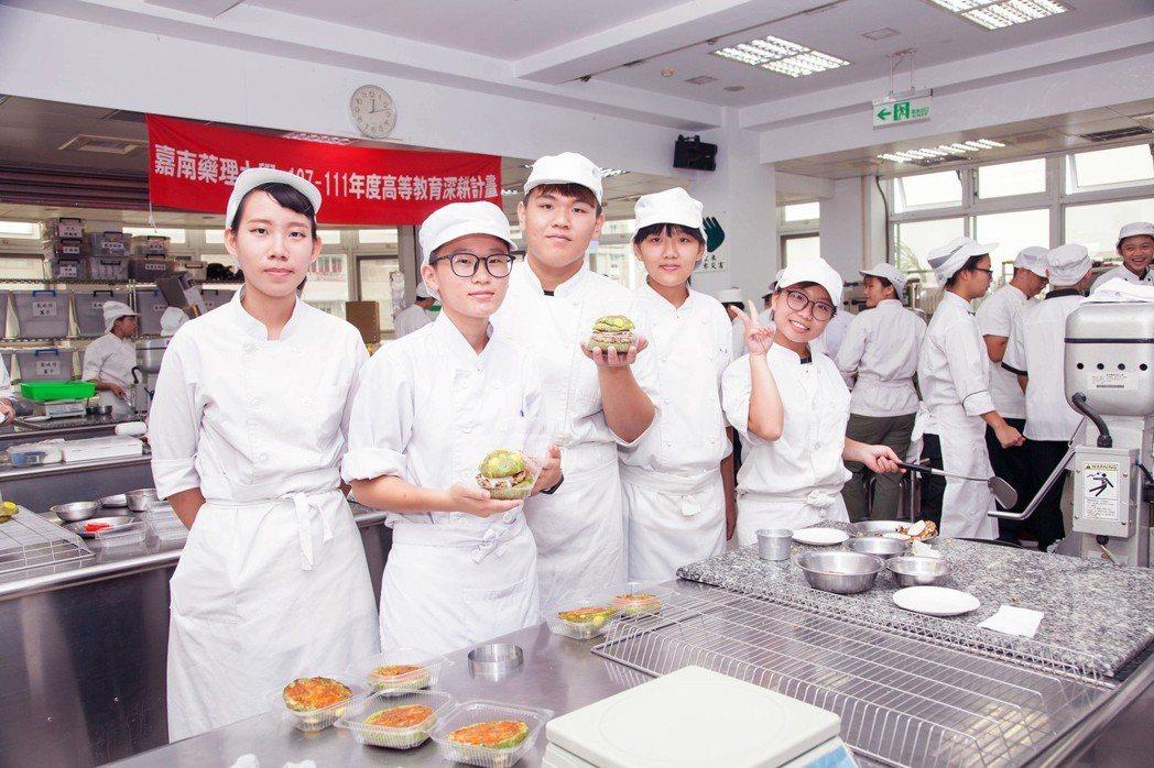 學生在主廚指導下做出色彩豐富營養滿分的創意漢堡。 嘉藥/提供