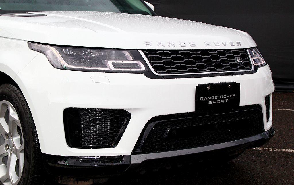 小改款Range Rover Sport除延續家族設計語彙的前後保桿及水箱護罩造...