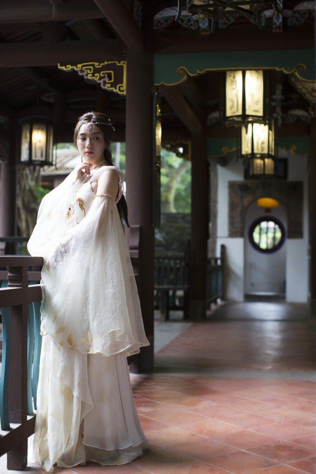 新瑤穿著古裝拍攝「思念」MV。圖/東聲唱片提供