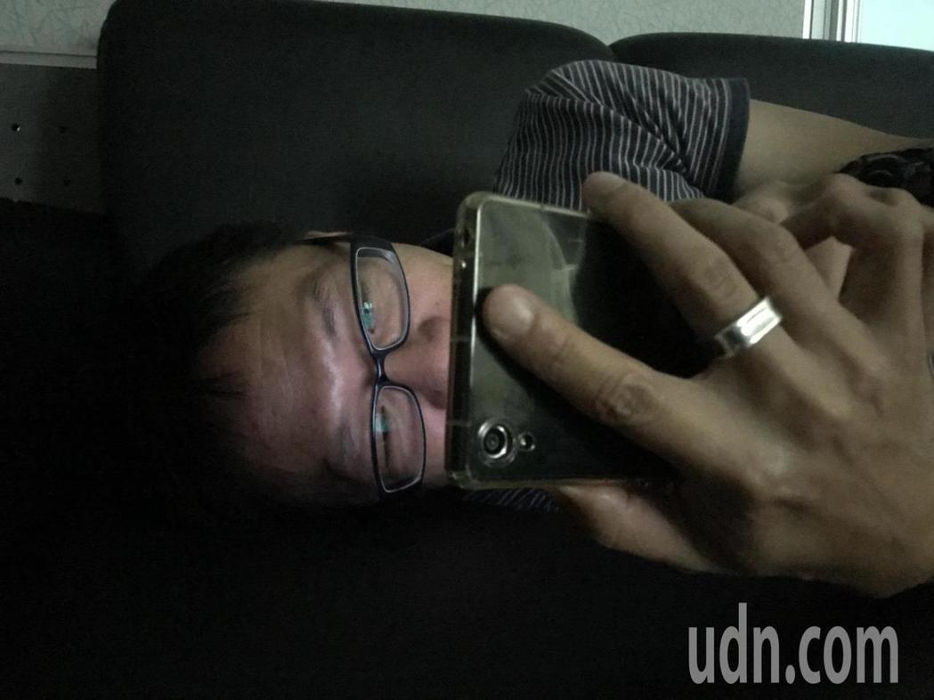 睡前不要把玩手機。記者李樹人/攝影